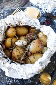 Nye Kartofler Og Hvidløg I Staniol Bagt I Ovnen – One Kitchen – A Thousand Ideas