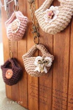 crochet mini bag ~ no pattern but s/b easy! Easter Crochet, Knit Or Crochet, Crochet Crafts, Crochet Projects, Crochet Bags, Crochet Keychain, Crochet Earrings, Crochet Amigurumi, Barbie