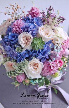 充滿幻彩感覺的 PASTEL 色系 第一次做這樣的顏色呢! 新娘子告訴我們,她很喜歡 PASTEL COLORS,喜歡white、pale green、lavender、soft pink、blush、cream、coral、pink、soft blue、soft purple、peach 都可以 這是新娘子 Cecilia Cheung 告訴我們的顏色要求。 看似好多顏色都用得,但其實這樣顏色組合,如果襯得不好,好容易看起來雜色。 Cecilia 喜歡花球稍圓,所以我們更加留心地去用不同色系做層次。出來效果拍照勁上色,連我自己本身比較清清地色系的,都覺得靚呀! Beautiful Bouquet Of Flowers, Beautiful Flowers Wallpapers, Beautiful Flower Arrangements, Flowers Nature, Beautiful Roses, Pretty Flowers, Floral Arrangements, Floral Bouquets, Wedding Bouquets