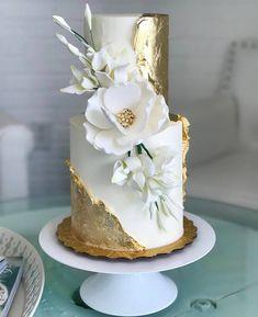 Gold and magnolia cake - Maui Wedding Cakes - Desserts - Dessert Recipes Elegant Wedding Cakes, Elegant Cakes, Beautiful Wedding Cakes, Gorgeous Cakes, Wedding Cake Designs, Pretty Cakes, Amazing Cakes, Cake Wedding, Rustic Wedding