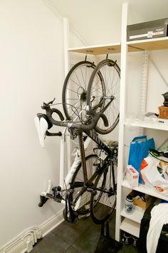 Cykel i lägenhet :: happymtb.org Bike Storage Apartment, Garage Apartment Floor Plans, Garage Apartments, Bike Storage Rack, Garage Storage, Craftsman House Plans, Modern House Plans, Garage Velo, Garage Solutions