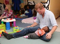 Pin for Later: 23 Times Prince Harry Was Out-of-Control Cute With Kids When He Served as the Perfect Pillow Prince Harry Et Meghan, Prince Harry Of Wales, Prince William And Harry, Prince Henry, Royal Prince, Harry And Meghan, Prince Charles, Princess Diana Family, Princess Of Wales