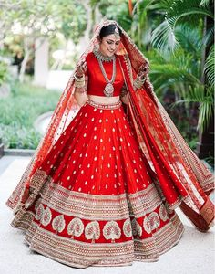 This Bride Slayed In Deepika Padukone's Wedding Lehenga Look-Alike! This Bride Slayed In Deepika Padukone's Wedding Lehenga Look-Alike! Indian Lehenga, Sabyasachi Wedding Lehenga, Wedding Lehnga, Bridal Lehenga Choli, Plain Lehenga, Lehenga Skirt, Sabyasachi Lehenga Bridal, Heavy Lehenga, Anarkali Lehenga