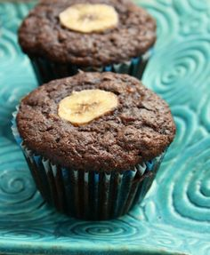 Double chocolate whole wheat banana muffins are a wholesome treat. Not too sweet, no refined sugar and cup of molasses. Bananas keep them moist. Pumpkin Banana Bread, Banana Oats, Chocolate Chip Banana Bread, Chocolate Muffins, Banana Recipes, Muffin Recipes, Brunch Recipes, Muffins Double Chocolat, Molasses Recipes