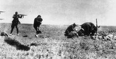 Jedno z najbardziej znanych zdjęć dokumentujących zbrodnie Einsatzgruppen zostało wykonane w 1942 r. w Iwangorodzie na Ukrainie. Przedstawia egzekucję Żydówki trzymającej w ramionach dziecko. Zdjęcie zostało wysłane przez uczestniczącego w niej esesmana do domu, ale polski ruch oporu przechwycił je w jednym z warszawskich urzędów pocztowych.