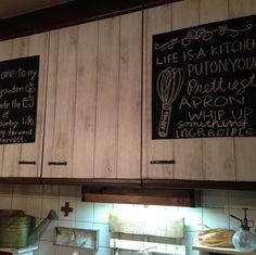 キッチンの上戸棚にカッティングシートを貼り、黒板シートを貼ってカフェ風に文字を書いただけ!