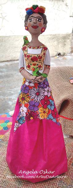 Frida Kahlo. Escultura de papietagem, papel machê e tecido. Dimensão: 30cm de altura. Mais em http://facebook.com/ArtesDaArteira