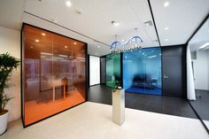 カラーでインパクト、ガラスで開放感を。人と社会を繋ぐオフィス |オフィスデザイン事例|デザイナーズオフィスのヴィス