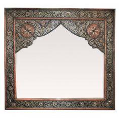 Bei diesem handgefertigten, orientalischen Spiegel wurden auf der Silber-Edelmetallbeschichtung und Kupfer aufwendig und kunstvoll filigrane Arabesque-Motive eingearbeitet. Zusätzlich schmücken feinste Knocheneinsätze den Spiegel und lassen ihn im Glanz des Orients erscheinen. Eine Dunkle Patina, die ungleichmäßig aufgetragen wurde, gibt der Oberfläche den perfekten Reliefeffekt.