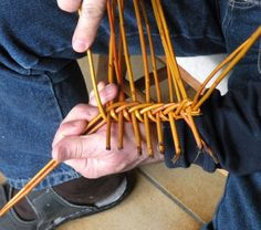 une très belle découverte, faite récemment, que ce panier particulier appelé bouyricou. Je vous en donne la définition mentionée sur le site de l'association de la mémoire du bouyricou (voir le lien). Le bouyricou est un panier traditionnellement réalisé... Willow Weaving, Basket Weaving, Twig Crafts, Paper Weaving, Newspaper Crafts, Weaving Techniques, Land Art, Design Crafts, Pine Cones