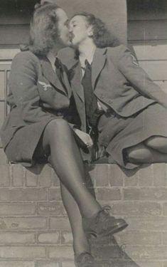 Lesbisch koppel vintage Vintage Lesbian, Vintage Couples, Vintage Love, Vintage Glamour, Cute Lesbian Couples, Lesbian Art, Lesbian Love, Vintage Photographs, Vintage Photos