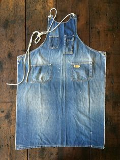 This is the absolute best denim apron I have ever seen. It just is denim. No fru fru, no ruffles, nothing fancy and nothing silly. It's a perfect denim apron, completely utilitarian, and completely perfect. THIS is the apron I will make. Sewing Aprons, Sewing Clothes, Diy Clothes, Denim Aprons, Diy Jeans, Jeans Recycling, Artisanats Denim, Denim Purse, Jean Diy