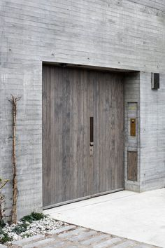Juergen Teller studio by architects: 'an elemental architecture, connecting nature and artifice' The Doors, Wood Doors, Windows And Doors, Concrete Facade, Concrete Wood, Board Formed Concrete, Houses Architecture, Interior Architecture, Exterior Doors