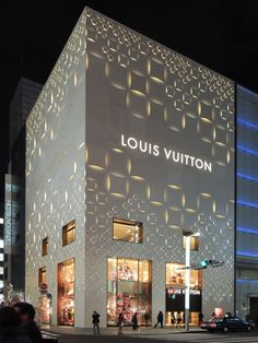 Flashy Louis Vuitton Store in Tokyo Displaying Original Pattern Cladding Freshome com is part of Facade design - The new façade of Louis Vuitton Store in Tokyo is inspired by the history of Ginza, the city that used to be known for its Art Deco design Tienda Louis Vuitton, Boutique Louis Vuitton, Louis Vuitton Store, Facade Design, Exterior Design, Retail Facade, Facade Lighting, Building Facade, Facade Architecture