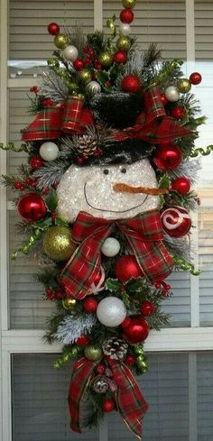 Cheap but awesome outdoor christmas decorations ideas 14 Christmas Swags, Noel Christmas, Outdoor Christmas, Holiday Wreaths, Winter Christmas, Christmas Ornaments, Primitive Christmas, Country Christmas, Christmas Wreaths For Front Door