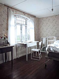I mitt hus, antagligen en gammal folkskola, är det här ett av mina många sovrum.