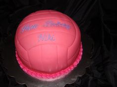 Absolutley LOVE this volleyball cake! Volleyball Birthday Cakes, Birthday Cakes For Teens, Volleyball Party, Birthday Ideas, Teen Cakes, Girly Cakes, Cute Cakes, Purple Cupcakes, Sport Cakes