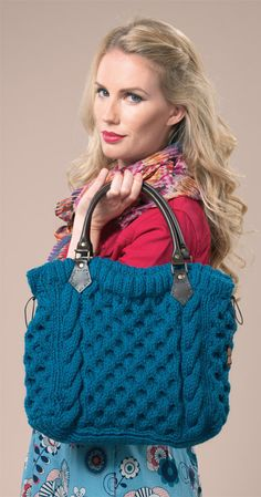 *free pattern- 'Cabled Tote Bag' features a Vertical Swirl Cable on right & left sides *think greek columns, etc!* and a Highly Textural Honey Comb Cable base fabric. the end result is an awesome, professional-looking bag! Bag Crochet, Crochet Handbags, Crochet Purses, Knit Bag, Free Crochet, Knitting Patterns Free, Free Knitting, Crochet Patterns, Free Pattern