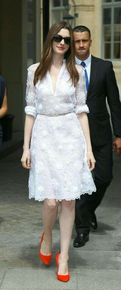 Anne Hathaway In White lace Dress & Pop of Red - Dresses For Teens, Trendy Dresses, Nice Dresses, Casual Dresses, Short Dresses, Summer Dresses, Formal Dresses, Fashion Dresses, Estilo Da Anne Hathaway