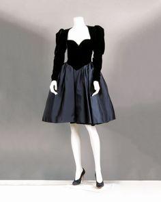 Yves SAINT LAURENT haute couture n°51139 Automne- Hiver 1981/1982 Robe de cocktail, haut en velours noir à effet de corselet finissant en pointe sur une jupe ample en satin de même couleur par des fronces… - Gros & Delettrez - 21/03/2016