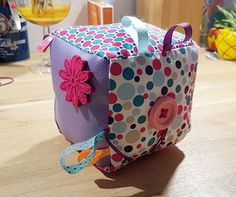 The DIY awakening cube a perfect birth gift Cube Bebe, Cubes, Baby Activity Toys, Sensory Blocks, Sewing Online, Alex Toys, Birth Gift, Couture Sewing, Couture Bb