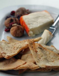 Easy easy and a great healthy snack and much cheaper then buying a bag of pita chips. Pita Chips Recipe, Homemade Pita Chips, Appetizer Recipes, Snack Recipes, Appetizers, Cooking Recipes, Quick Snacks, Yummy Snacks, Yummy Food