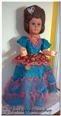 Κλασική κούκλα καναπέ από την δεκαετία 1970's ιταλικής προέλευσης.   Το κεφάλι είναι από βακελίτη τα υπόλοιπα μέρη είναι από υλικό τύπου celluloid.  Η κούκλα είναι σε πολύ καλή κατάσταση. Dolls For Sale, Vintage Dolls, Doll Toys, Harajuku, Memories, Disney Princess, Disney Characters, Blog, Style