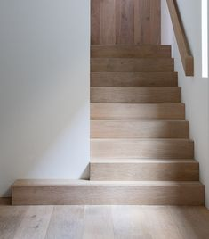 Love the look of the stairs and continues to the floor and the colour Interior Stair Railing, Staircase Design, Wood Stairs, House Stairs, Stair Detail, Stairway To Heaven, Modern Interior Design, Stairways, Home Deco