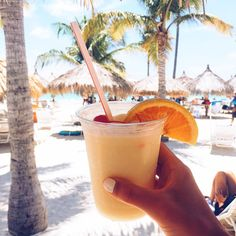 bevande estive alcoliche Vsco - bevande estive alcoliche Vsco The Effective Pictures We Offer You About salute gif A quality p - Summer Feeling, Summer Vibes, Friday Feeling, Summer Drinks, Cold Drinks, Alcoholic Drinks, Jugo Natural, Beach Please, Summer Aesthetic