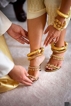 Find inspiration and designs on unique Indian bridal anklets for your Desi wedding day and learn about the tradition behind payals. Laos Wedding, Khmer Wedding, Desi Wedding, Wedding Ideas, Trendy Wedding, Black Wedding Rings, Wedding Shoes, Wedding Dresses, Wedding Jewelry
