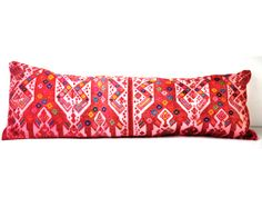 almohadón realizado con huipil antiguo, bordado a mano por artesanos indígenas mexicanos