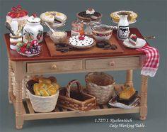 ミルクやジャムにフルーツなどが並べられて。 今まさに作っている最中の楽しそうな雰囲気満載な ロイターポーセリン社製ミニチュア ケーキワーキングテーブル。