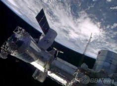 国際宇宙ステーション(International Space Station、ISS)にドッキングする米民間宇宙開発ベンチャー、スペースX(SpaceX)の無人宇宙船「ドラゴン(Dragon)」(2014年4月20日撮影)。(c)AFP/NASA ▼21Apr2014AFP|米民間無人宇宙船ドラゴン、ISSにドッキング成功 http://www.afpbb.com/articles/-/3013099 #International_Space_Station #ISS #SpaceX_Dragon