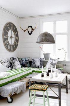 Branco retro sala de estar em design de interiores industrial
