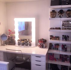 New ideas makeup vanity ideas girly girls My New Room, My Room, Sala Glam, Makeup Vanity Storage, Makeup Vanities, Makeup Organization, Rangement Makeup, Le Closet, Make Up Storage