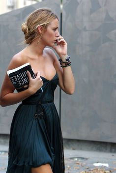 love this dress -- costume for Gossip Girl -- on Blake Lively She look worry !