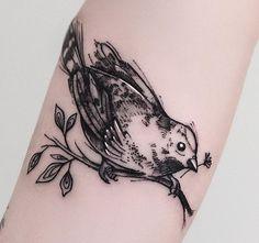 Pardal no braço da Tati. Desenhado especialmente pra ela 😊  @taatchi e @vnuvolari sempre é uma energia incrível receber vcs aqui no estúdio. Valeu pela confiança, pelas indicações sempre e pelas visitas q são sempre agradáveis e cheia de histórias. ❤️ #pardal #passaro #birdtattoo #bird #blackwork #sketch