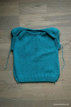 knitted babytop - free pattern (in Danish)