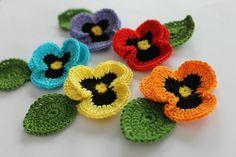 kit com 5 amor perfeito de crochê, com folhas  Você pode escolher todas da mesma cor ou sortidos.   mede 8 cm R$ 12,50