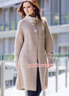 Классическое теплое пальто бежевого цвета. Вязание спицами
