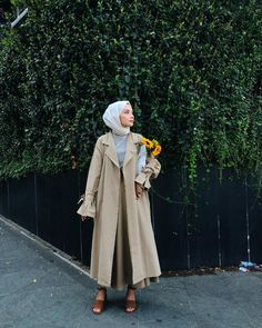 Spring Hijab Outfit Ideas With Trench Coat - The trench coat is super versatile, and counts as a must-have wardrobe item for hijabis. Muslim Fashion, Modest Fashion, Hijab Fashion, Fashion Outfits, Casual Hijab Outfit, Hijab Chic, Hijab Mode, Womens Workout Outfits, Fitness Outfits