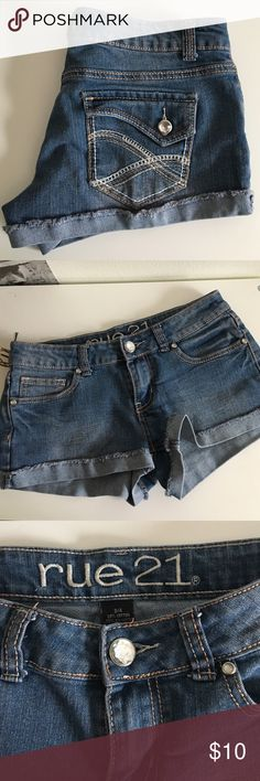 •Jean Shorts W Jewel Accents and Trim Outline• Super cute back pockets! Size 3/4. Measurements. Waist = 14 & 1/2. Leg opening= 11 & 1/2. Inseam = 2 inches Rue 21 Shorts