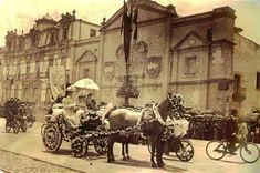 """""""Combate de Flores frente a la Alameda"""" Ciudad de México 1910 Al fondo se puede ver el Ex Convento de Corpus Christi, uno de los edificios más bellos del México antiguo."""