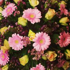 biedermeier met rozen gerbera waxflower #bloembinderijbloem