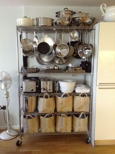 Super Ideas for kitchen pantry organization wire shelving bakers rack Small Kitchen Storage, Cozy Kitchen, Kitchen Shelves, Kitchen Pantry, New Kitchen, Bakers Rack Kitchen, Small Pantry, Wire Kitchen Rack, Pantry Cabinets