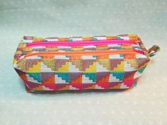 Trousse Zip-Zip en jacquard coloré géométrique cousue par Mireille - Patron Scaôtin