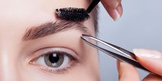 The information in fashion magazines can be vague and/or misleading when it comes to your eyebrows. The pencil theory of eyebrow shaping is easily . Best Eyebrow Brush, Best Eyebrow Products, How To Do Eyebrows, Perfect Eyebrows, Contour Makeup, Eyebrow Makeup, Contouring, Body Minute, Makeup Tips