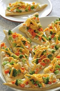 Fresh Veggie Pizza ~ Easy to make, quick and fun for kids! Healthy spin on pizza, easy light dinner or snack to make. Snacks To Make, Easy Snacks, Healthy Snacks, Vegetarian Recipes, Cooking Recipes, Healthy Recipes, Appetizer Recipes, Appetizers, Recipes Dinner
