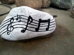Music notes on rock. Pebble Painting, Pebble Art, Stone Painting, Turtle Painting, Stone Crafts, Rock Crafts, Arts And Crafts, Pebble Stone, Stone Art