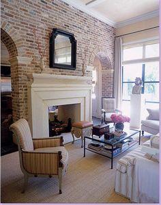 MAGNIFIQUE. mur brique et alcove. foyer blanc. plafond haut